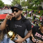 Raptors' Kawhi Leonard re-creates 'Kawhi laugh' during Toronto's championship parade